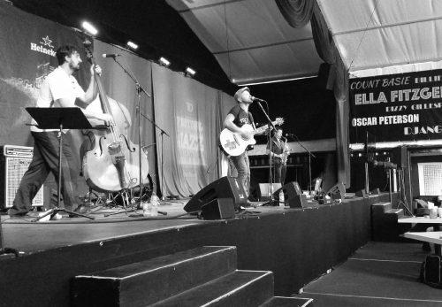 Sur scène, trois des 5 membres du groupe Debauche lors de leur concert du 7 juillet au FIJM 2016.