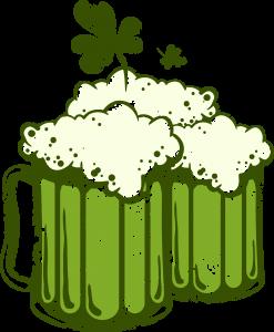 Fête de la Saint-Patrick, le saint-patron de l'Irlande. Chopes de bière et trèfle à 4 feuilles