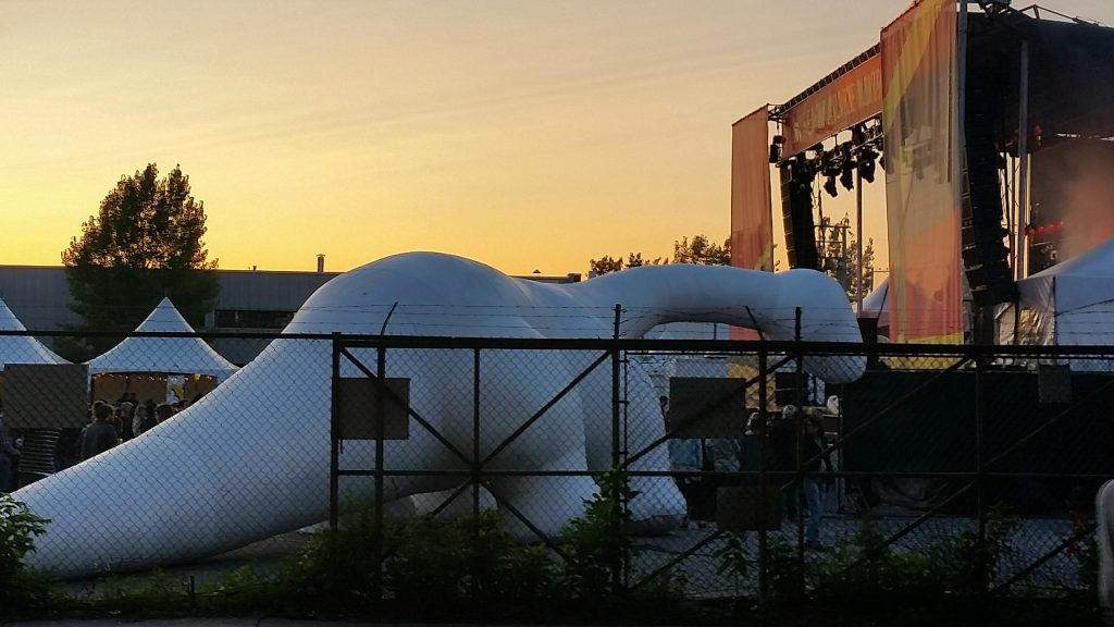 Structures gonflables décoratives en forme de dinosaures de la scène Mile Ex du Mile Ex End Musique Montréal.