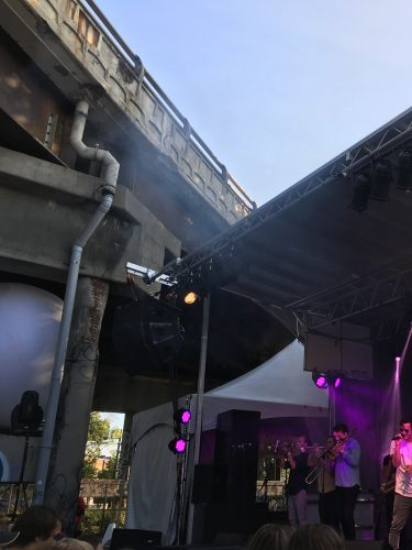 Détails architecturaux de la petite scène aménagée sous le viaduc Van Horne durant le Mile Ex End Musique Montréal.