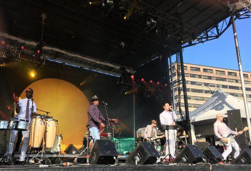 Photographie couleur. Les membres du collectif Megative lors de leur prestation sur la scène Mile Ex du Mile Ex End Musique Montréal (2 septembre 2017).