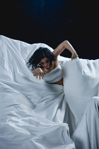 Photographie de Emel Mathlouti tourbillonant dans sa robe blanche – Crédit: Emel Mathlouti – 5 femmes pour célébrer la Journée internationale des femmes