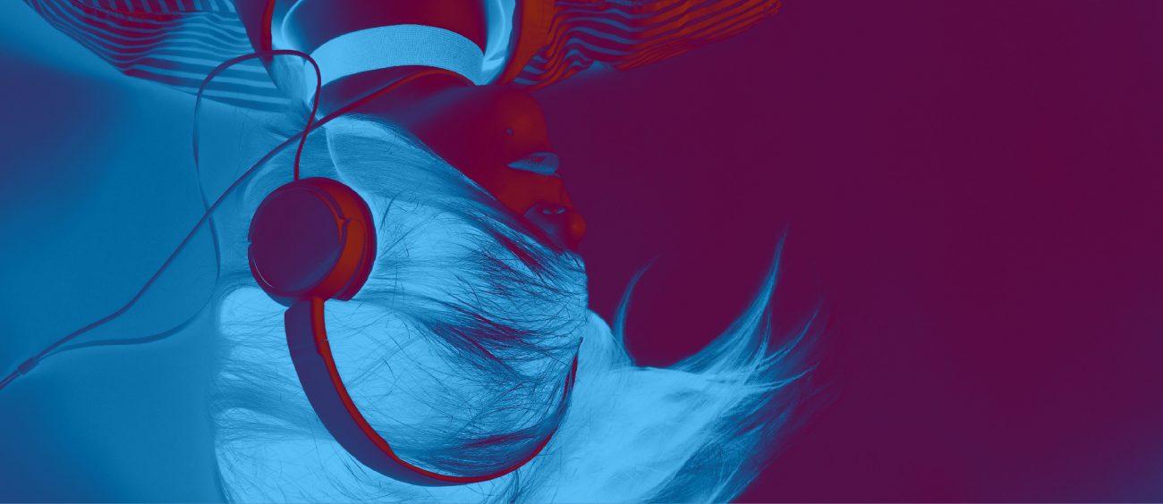 Femme portant des écouteurs, le visage recouvert par sa chevelure. Inversion chromatique (bleu sur violet).