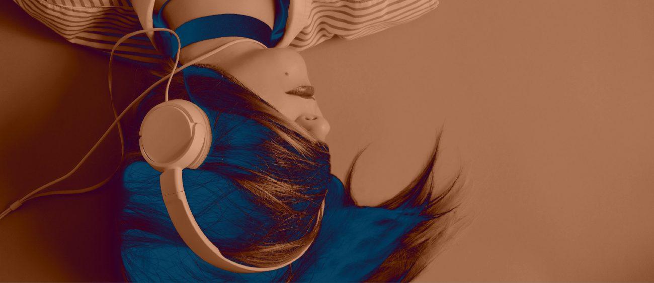 Femme portant des écouteurs, le visage recouvert par sa chevelure. Version bleu sur orange.