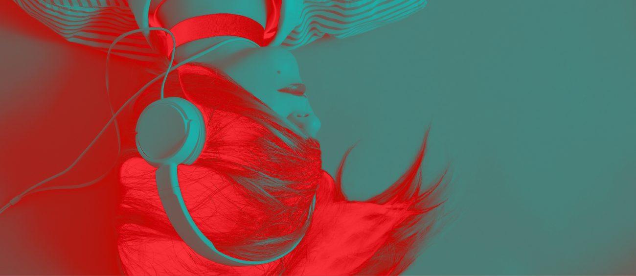 Femme au visage recouvert par sa chevelure, portant des écouteurs. Impression rouge sur fond turquoise.