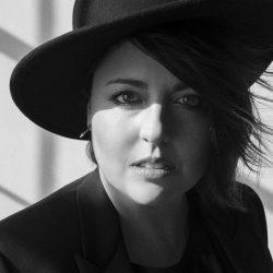 Photographie en noir et blanc de Ariane Moffatt - Crédit photo : Lepigeon.